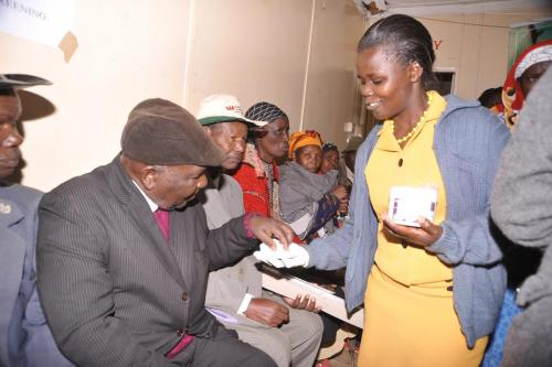 NAOMI MWNGI GIVES OUT MEDICINE FOR DEWORMING DURING MEDICAL CAMP AT KAGAITA TEA FACTORY (7)